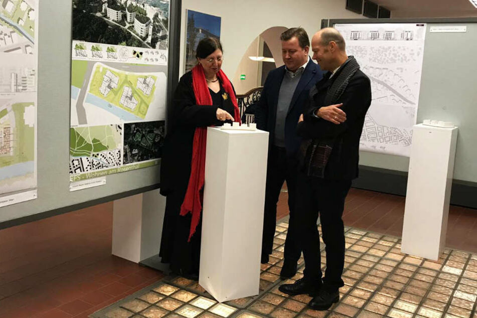 Baubürgermeisterin Dorothee Dubrau, Projektentwickler Marco Simon und Architekt Gunnar Volkmann vor dem Modell des neuen Wohnviertels.