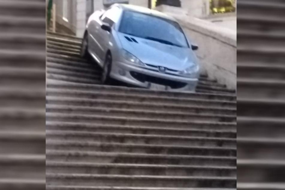 Der Peugeot 206 kam in Rom auf der Spanischen Treppe zum Stehen.