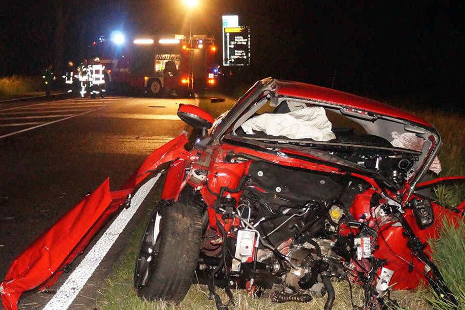 Frau stirbt bei Autounfall an einer Tankstelle