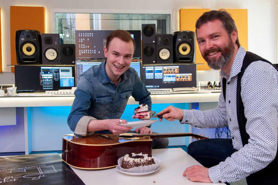 Gemeinsam mit Produzent Norman Kreßler (40) lässt sich Toni die Geburtstagstorte schmecken.