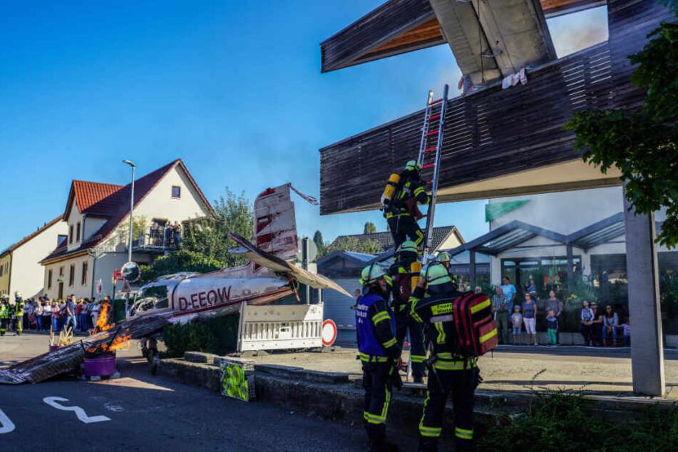 Mit mobilen Leitern und Drehleitern wird die Rettung von Menschen aus dem Gebäude simuliert.