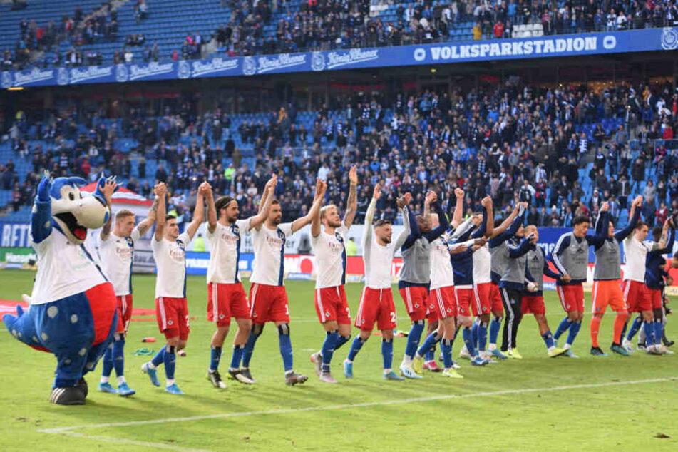 Nach dem Spiel feierte die Mannschaft mit den Fans den Heimsieg.