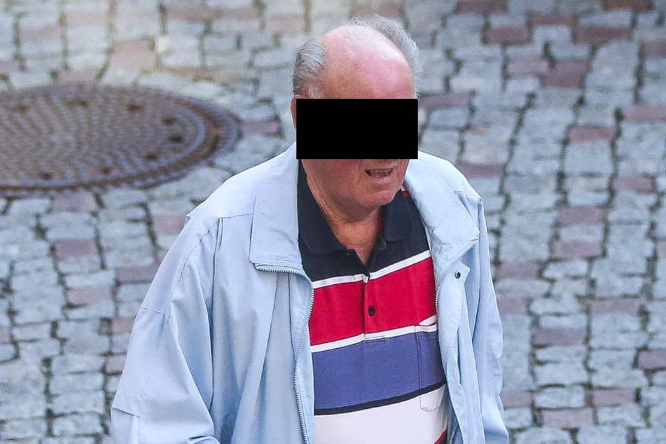 Lothar B. (77) wehrt sich im Amtsgericht Dippoldiswalde gegen die Vorwürfe. Mit einem Schlüssel soll der Rentner Autos zerkratzt haben.