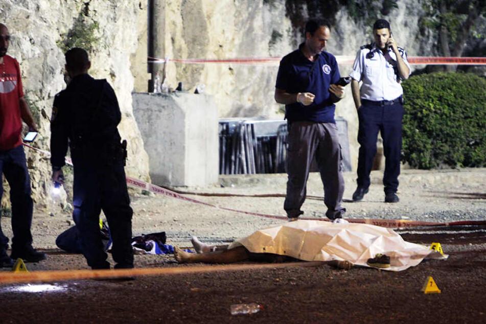 Frau und drei Attentäter bei Anschlag getötet: IS bekennt sich