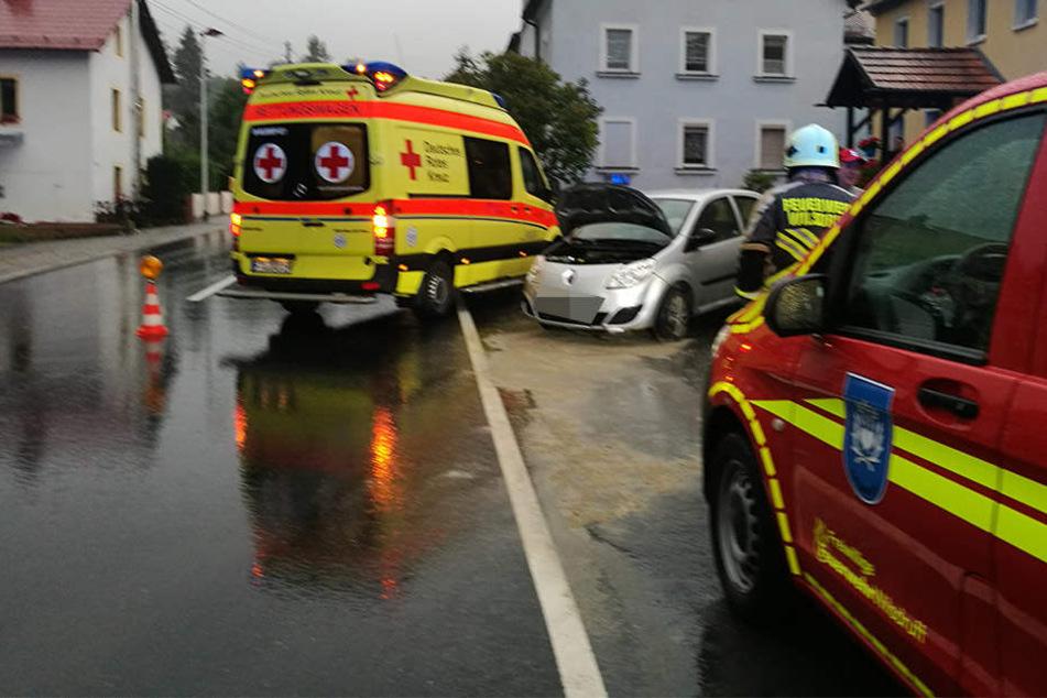 Der Rettungsdienst musste die Renault-Fahrerin behandeln.