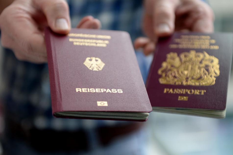 Ein britischer und ein deutscher Reisepass. Die Zahl der Briten, die wegen des Brexits die Staatsbürgerschaft eines anderen EU-Landes annehmen, ist erheblich gestiegen.