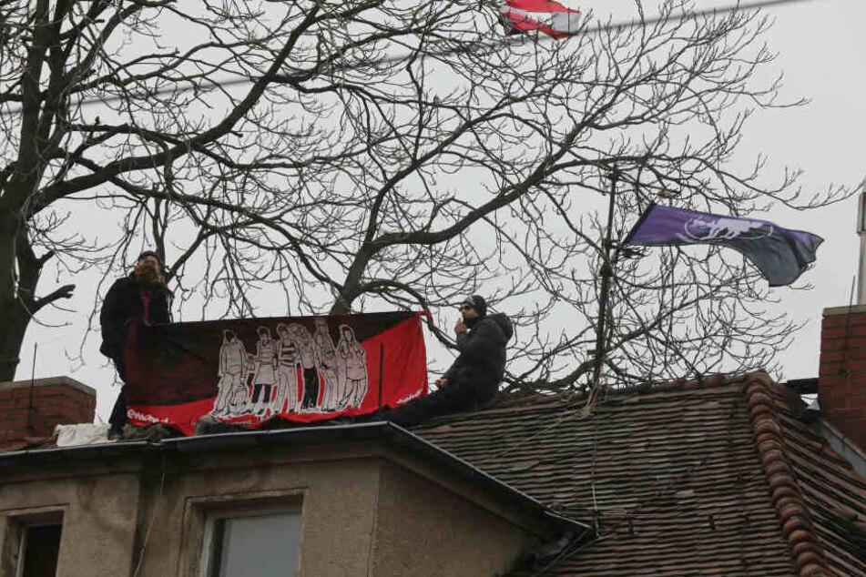 Die Aktivisten auf einem der Häuser auf dem Dach.