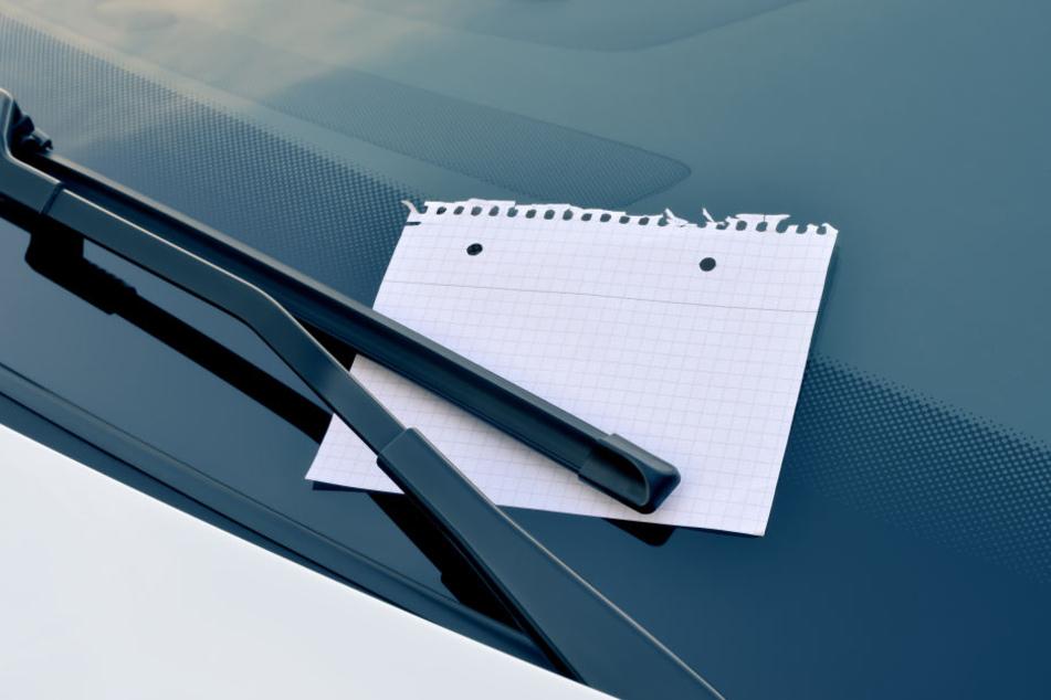 Frau ist fassungslos, als sie Zettel an Windschutzscheibe ihres kaputten BMW liest