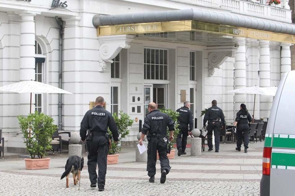 """Nach der Bombendrohung der beiden Tiroler gegen den """"Fürstenhof"""" suchten Polizisten it Sprengstoffhunden das Luxushotel ab."""