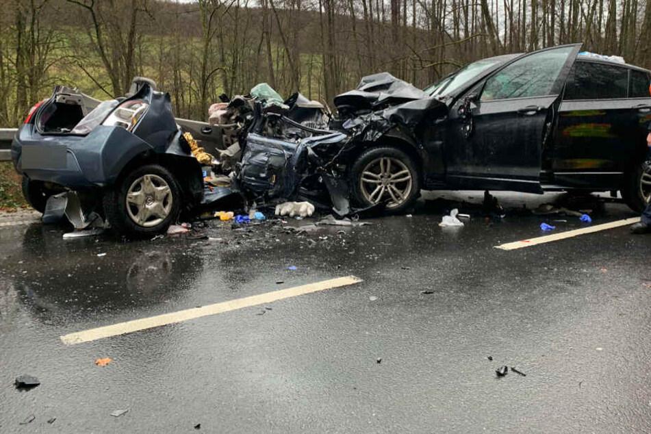 Die Frau geriet in ihrem Renault aus noch nicht geklärter Ursache in den Gegenverkehr und prallte dort mit dem BMW des 27-Jährigen zusammen.