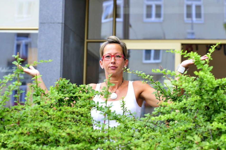 Steffi Radziwolek bemüht sich seit einem Jahr um eine Grün-Patenschaft für die Hecke.