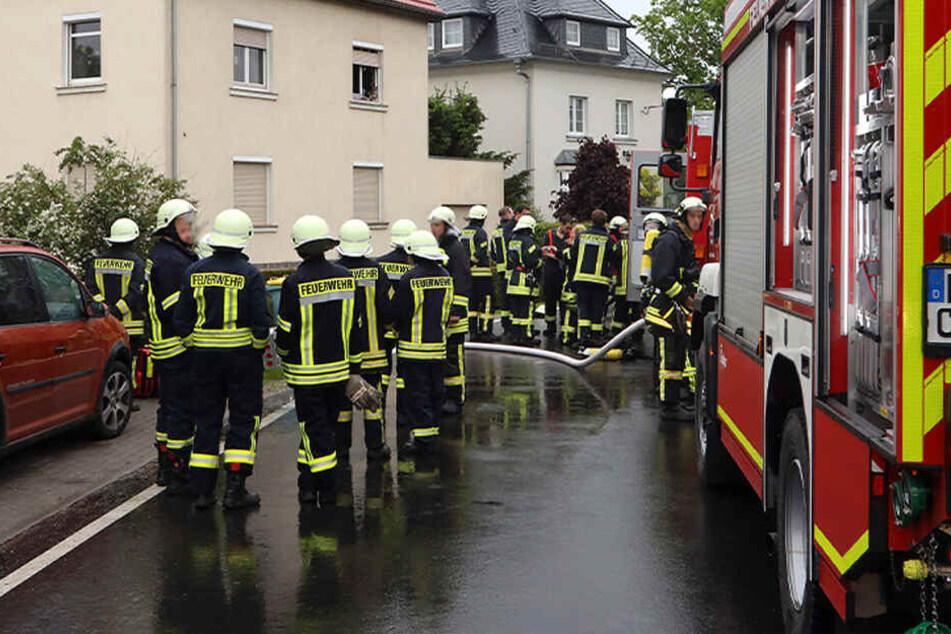 Jugendlicher (16) stirbt bei Brand in Mehrfamilienhaus