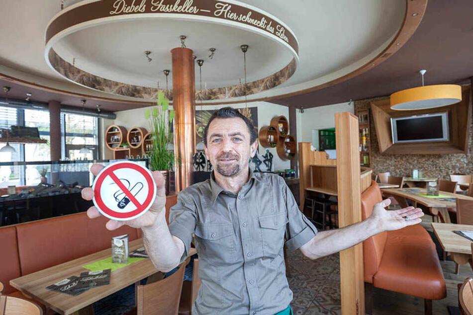 Auch hier ist jetzt Rauchverbot:  Serviceleiter Ronny Dietz (49) im ehemaligen Raucherraum im Diebels Fasskeller.