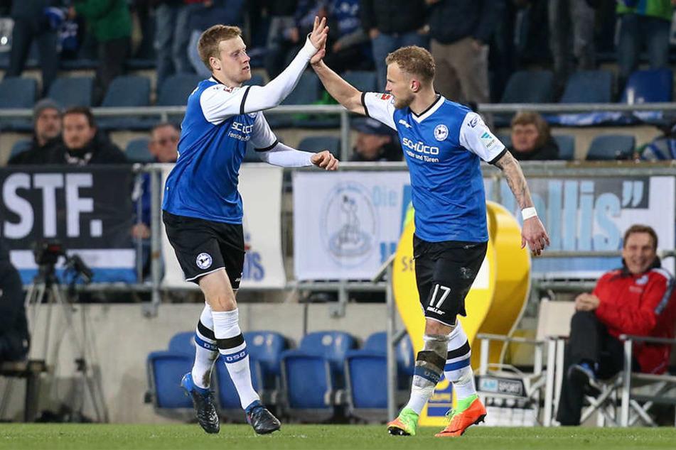 Torschütze Christoph Hemlein (re.) feiert mit Brian Behrendt (li.) seinen Treffer zum 1:0.