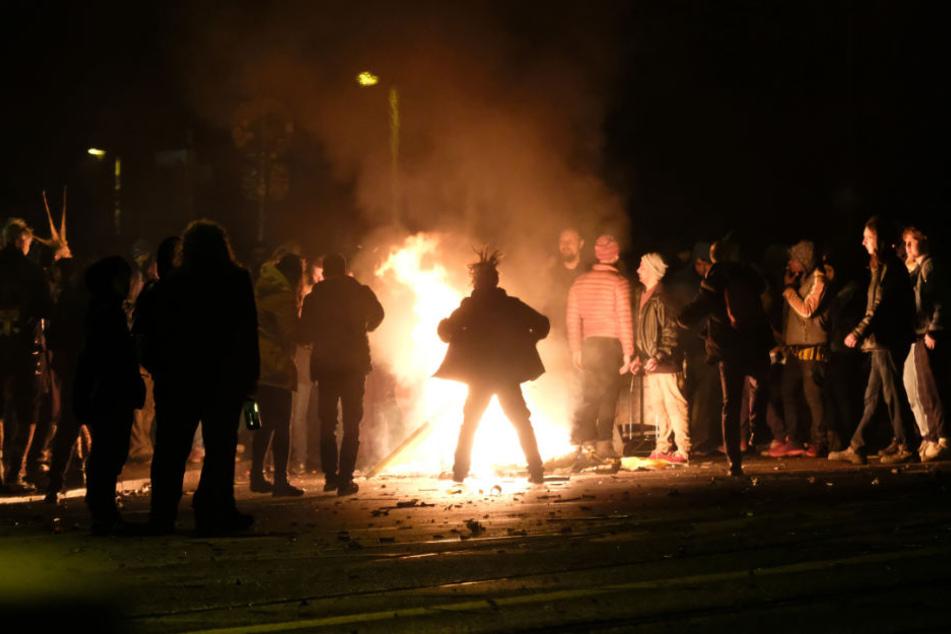 """Die angemeldete Versammlung der Gruppe """"Die Partei"""" unter dem Motto """"Bier statt Böller"""" am Connewitzer Kreuz mit zirka 40 Personen verlief friedlich. Gegen 1.40 Uhr brannte es jedoch auf dem Kreuz."""