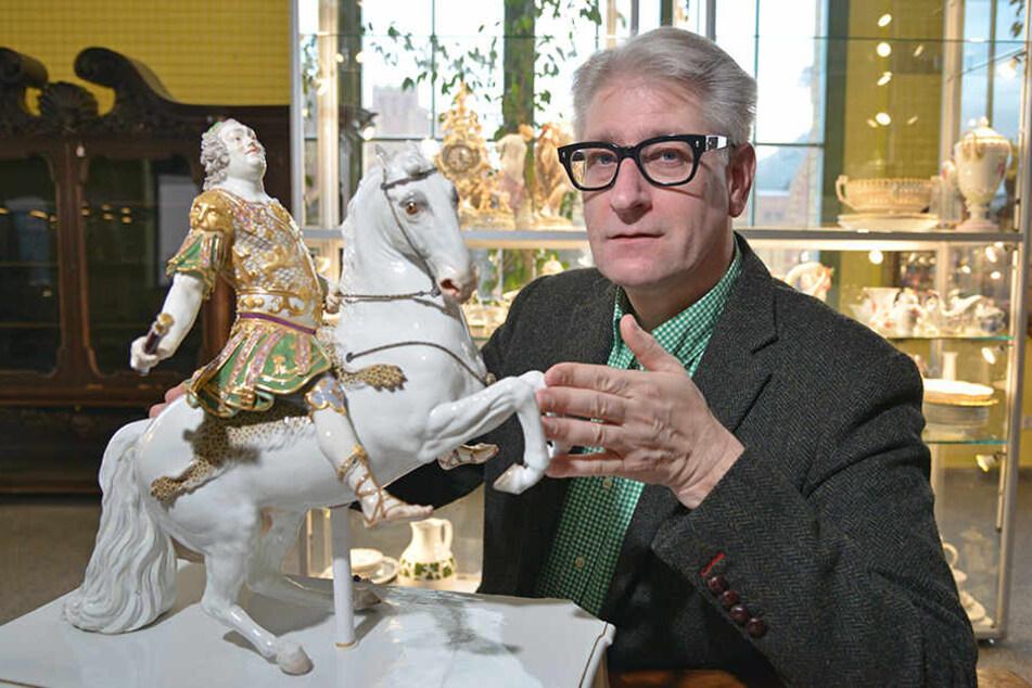 Auktionator Ansgar Heickmann (54) zeigt Meissener, das noch von großem Wert ist. Das Reiter-Standbild August des Starken kostet um 10000 Euro.