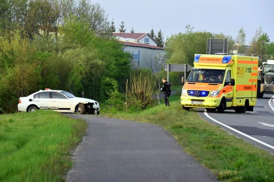 Der BMW überschlug sich mehrfach und blieb auf dem Radweg stehen.