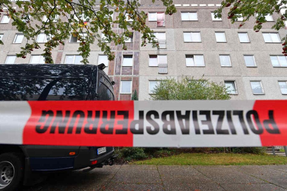 In einem Wohnhaus in Regensburg wurde die Leiche der Frau entdeckt. (Symbolbild)