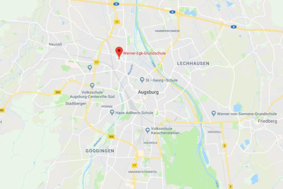 Die Werner-Egk-Grundschule in Augsburg ist aktuell der Mittelpunkt einer hitzigen Debatte.
