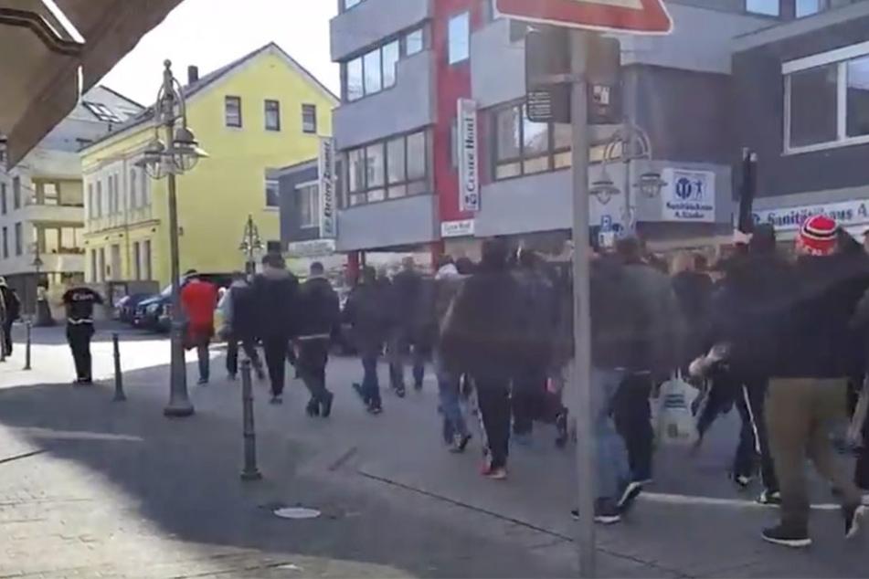 60 bis 70 Essen-Ultras zogen am Samstag lautstark durch die Innenstadt von Gütersloh.