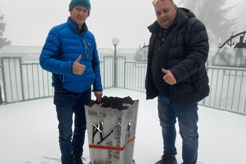 Für Skisprung-Legende Jens Weißflog (56, l.) fertigte Peter Riedel einen Vierschanzentournee-Feuerkorb an.
