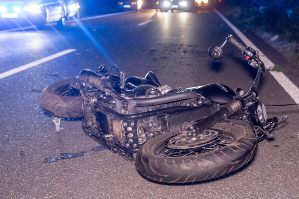 Der Motorradfahrer stürzte auf die Fahrbahn.