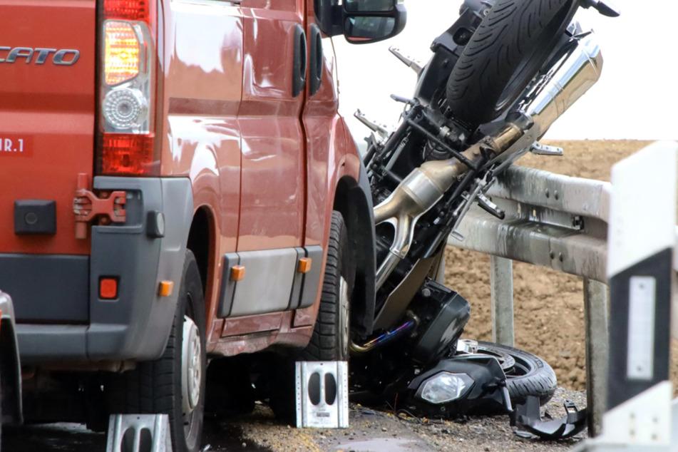 Frontal in Gegenverkehr: Vater und Sohn sterben bei Motorradunfall