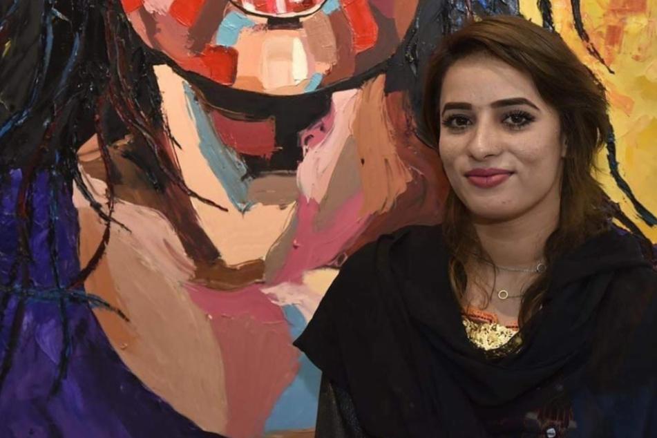 Shaheena Shaheen Baloch vor einem ihrer Gemälde während einer Ausstellung.