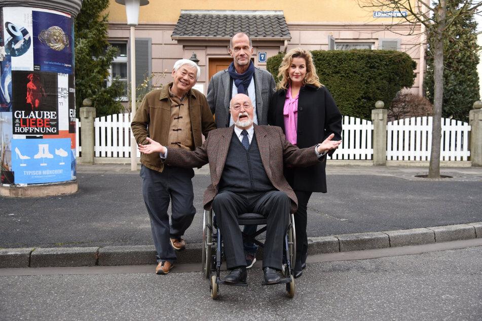"""Ludwig Haas (vorne Mitte) im Jahr 2018 zusammen mit Amorn Surangkanjanajai, Georg Uecker und Alexa Maria Surholt bei einem Fototermin zur Fernsehserie """"Lindenstraße""""."""