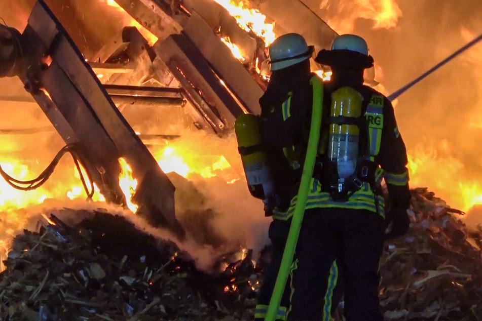 Großbrand in Magdeburg: Feuerwehr kämpft gegen meterhohe Flammen