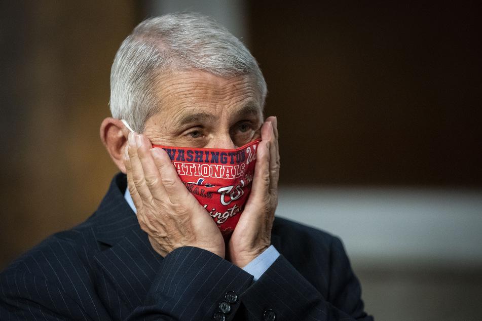 Anthony Fauci, Direktor des Nationalen Instituts für Infektionskrankheiten, korrigiert beim Eintreffen zu einer Anhörung des US-Senatsauschusses den Sitz seines Mundschutzes.