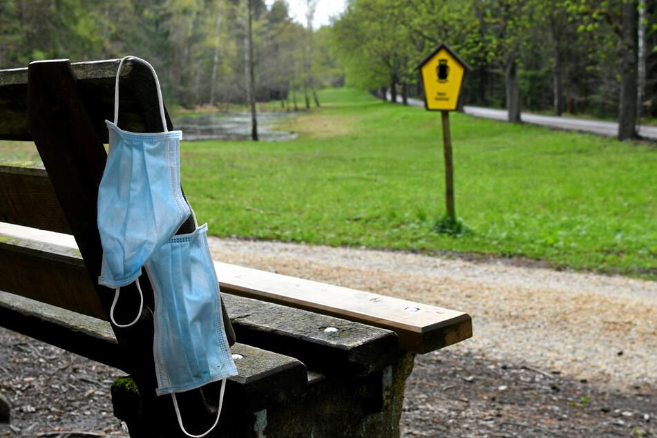 Die nicht recycelbaren Masken belasten unsere Umwelt.