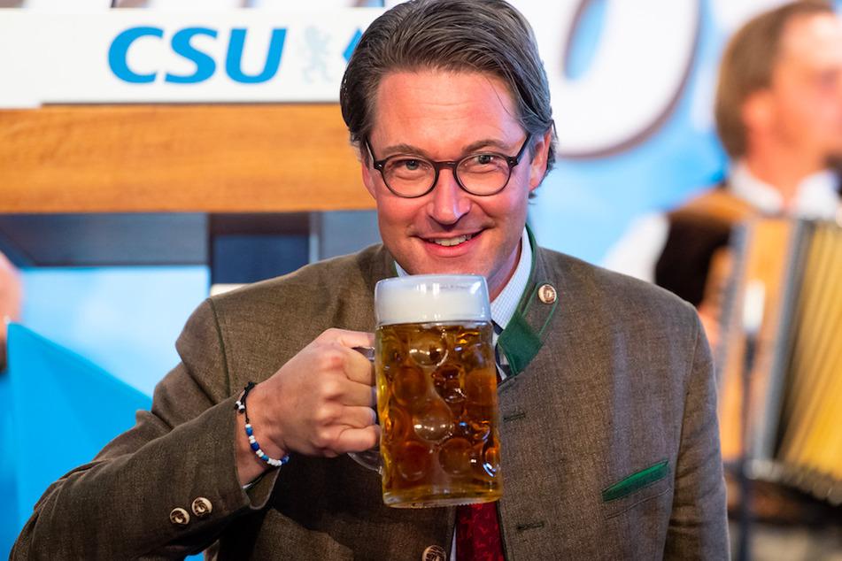 Andreas Scheuer (45, CSU), Bundesminister für Verkehr und digitale Infrastruktur, trinkt aus einer Maß Bier beim virtuellen politischen Frühschoppen Gillamoos in einer Festhalle.