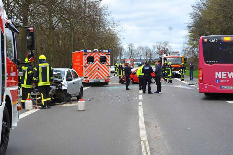 Bei dem Unfall, bei dem ein Linienbus und ein Auto ineinander gefahren waren, sind mindestens 36 Menschen verletzt worden.