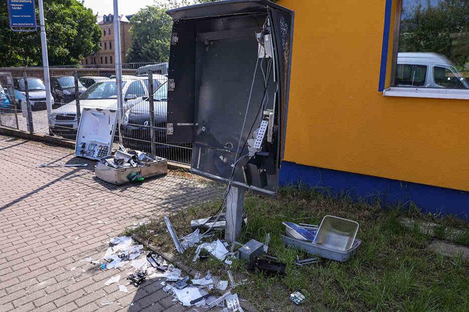 Ob die Diebe den Automaten mit Gas oder Pyrotechnik sprengten, ist noch unklar.