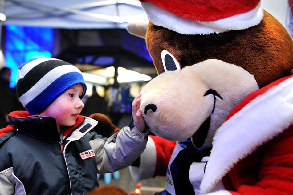 Auch Maskottchen Lohmann ist beim Weihnachtsmarkt für die Kleinsten da.