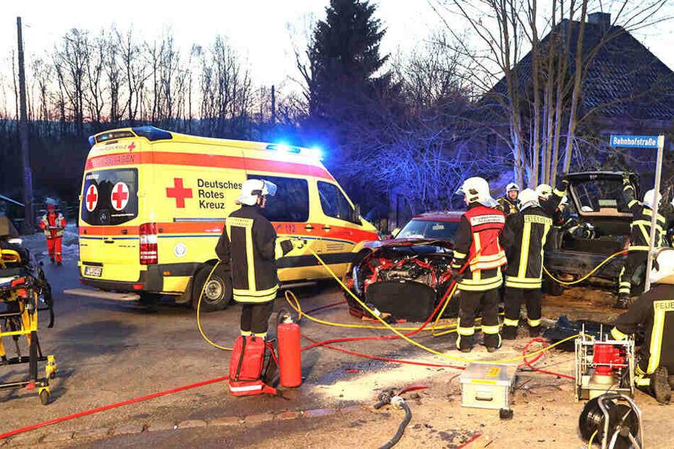 Nach Unfall: Rettungskräfte müssen verletzte Person aus Opel befreien