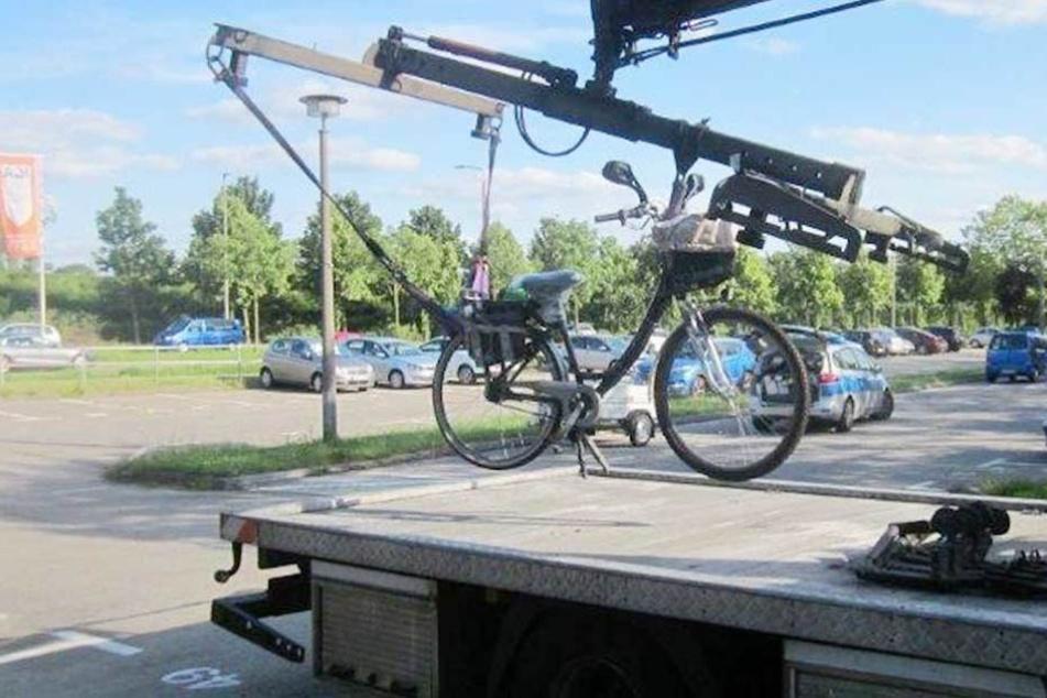Das motorisierte Fahrrad wurde abgeschleppt.