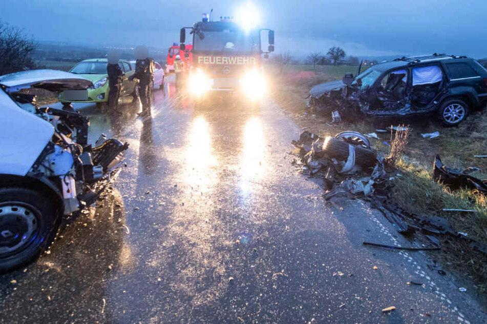 Jeep kracht frontal in Kleintransporter: drei Schwerverletzte