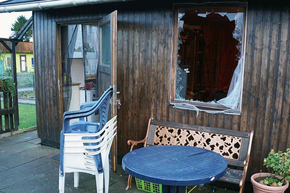 Das Pärchen zerschmetterte die Fensterscheibe.