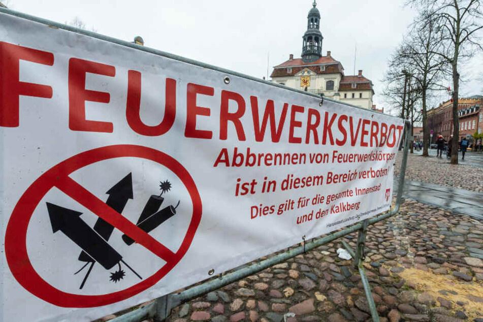 """Feuerwerksverbot"""" steht unter anderem auf einem Banner in der historischen Innenstadt von Lüneburg."""