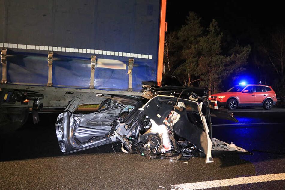 Teile des Mercedes hängen nach dem Unfall noch an dem Laster.