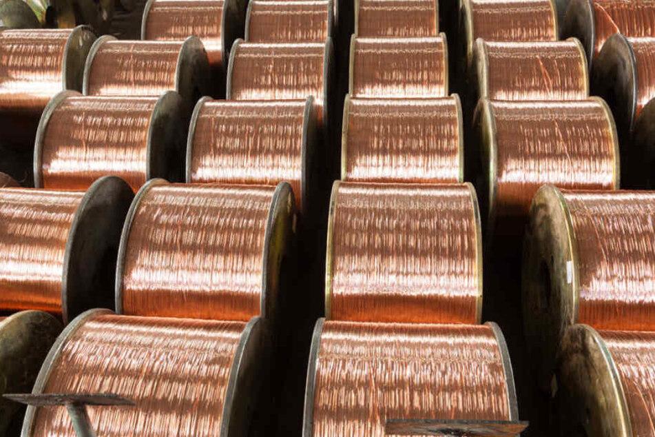 Buntmetalldiebe haben in Böhlen (Landkreis Leipzig) ein ein Kilometer langes Kupferkabel demontiert und mitgehen lassen.