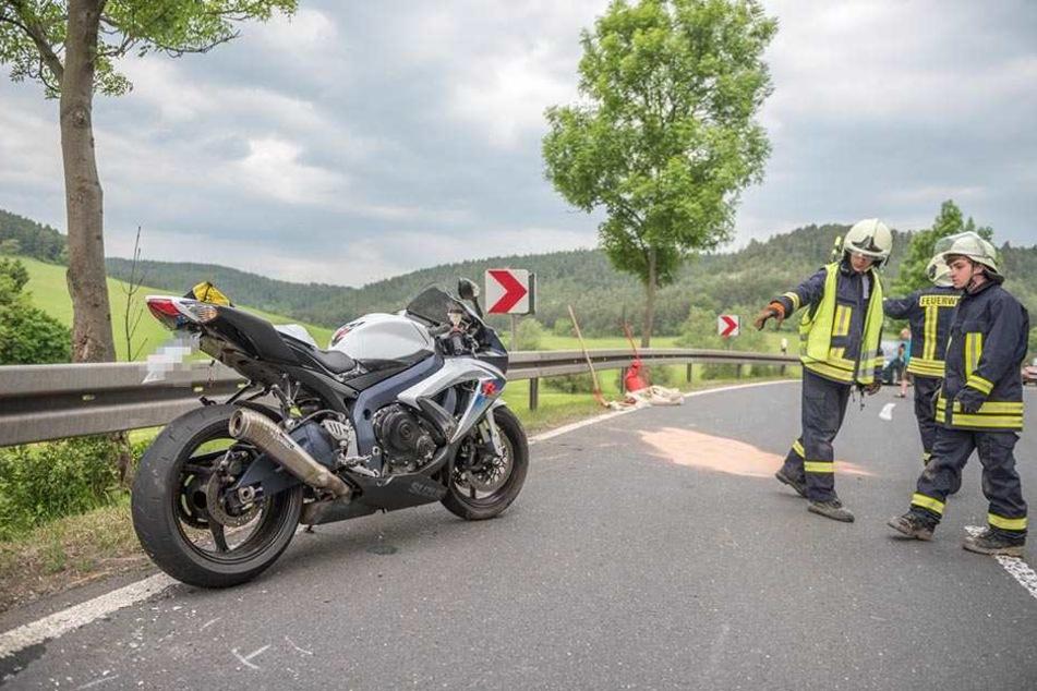 Der Motorradfahrer musste mit schweren Verletzungen ins Krankenhaus.