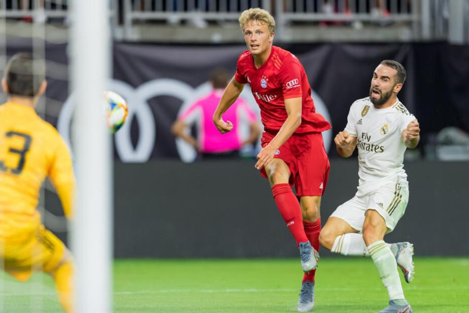 Jann-Fiete Arp von Bayern schießt aufs Tor, rechts Daniel Carvajal von Real Madrid.