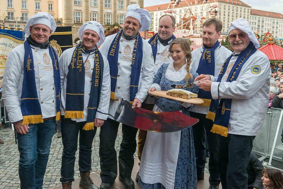 OB Dirk Hilbert (47, Mitte) und Ministerpräsident Michael Kretschmer (43, 2.v.r.) feierten das Lieblingsgebäck der Dresdner.