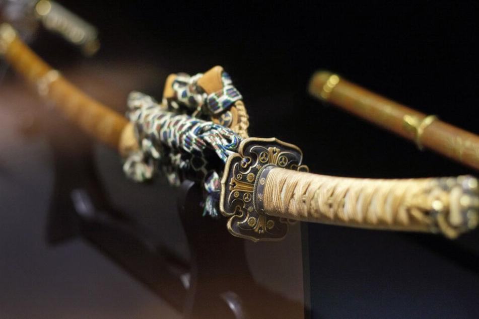 Ein Samurai-Schwert aus dem 15. Jahrhundert liegt in der Vitrine einer Ausstellung – das Schwert des Angreifers könnte ähnlich ausgesehen haben.