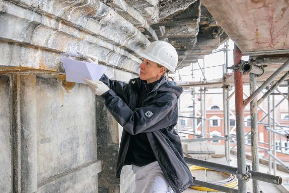 Luftiger Arbeitsplatz in mehr als 20 Metern Höhe: Restauratorin Dana Krause (39) testet eine Pulver-Mischung zum Entsalzen der Steine.