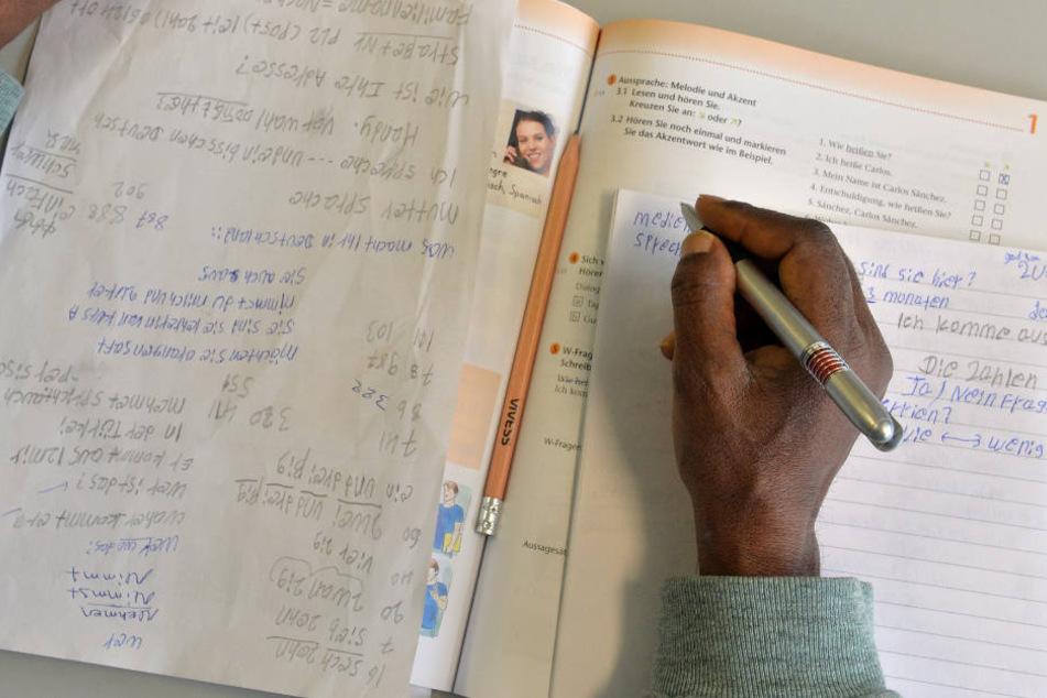 Eine über eineinhalb Jahre längere Schulbildung haben Flüchtlinge in Deutschland. (Archiv)