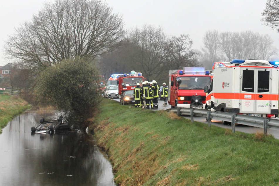 In Diele stürzte ein Auto in einen Kanal und blieb auf dem Dach liegen.